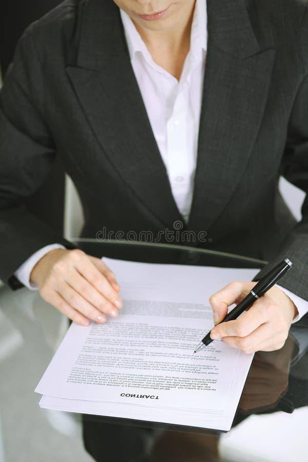 Buchhalterfrau oder Finanzinspektor, die Bericht machen, Balance, Nahaufnahme berechnen oder ?berpr?fen Gesch?ft, Rechnungspr?fun lizenzfreie stockfotos