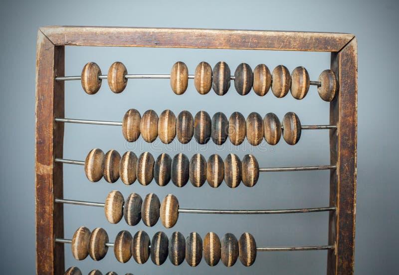 Buchhaltungsabakus auf grauem strukturiertem Hintergrund stockfotografie
