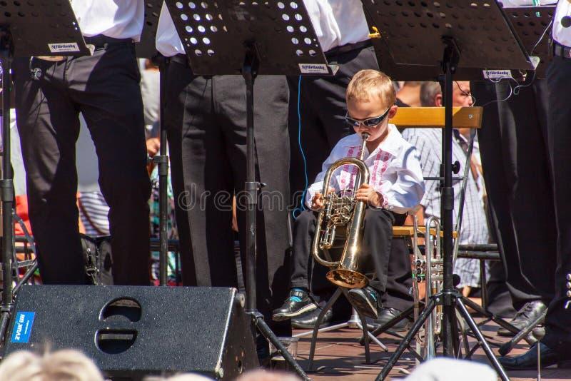 Buchlovice, République Tchèque, le 29 juillet 2017 : Le petit garçon joue la trompette aux festivités folkloriques Enfant doué Ré photos libres de droits