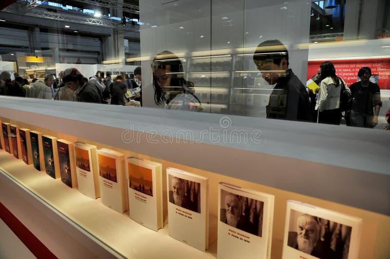 Buchmesseansicht der Menge in einem Stand mit Büchern rudern im Vordergrund stockbild