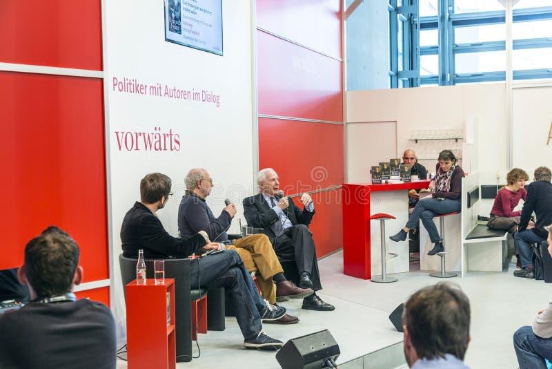 Buchprodukteinführung an den vorwaerts stehen an der Frankfurt-Buch-Messe 2014 stockfotos