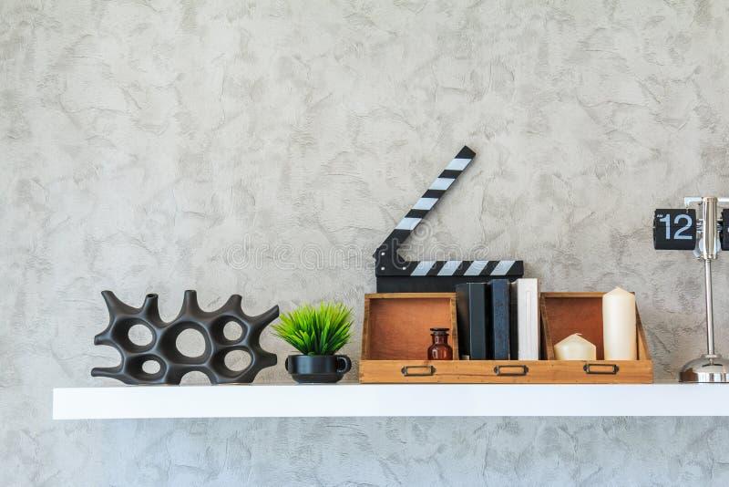Buchregal verzieren das Wohnzimmer auf der weißen Wand lizenzfreies stockfoto