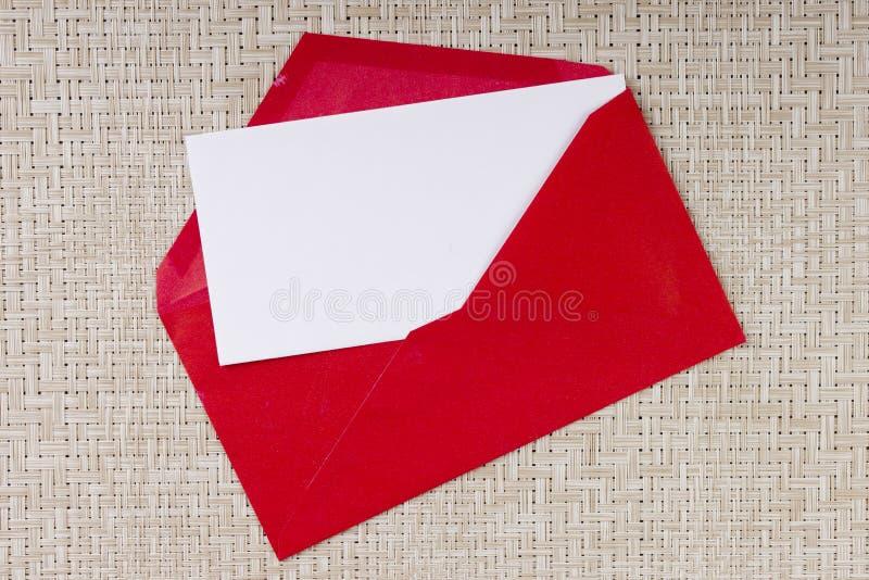 Buchstabe in einem roten Umschlag lizenzfreie stockbilder
