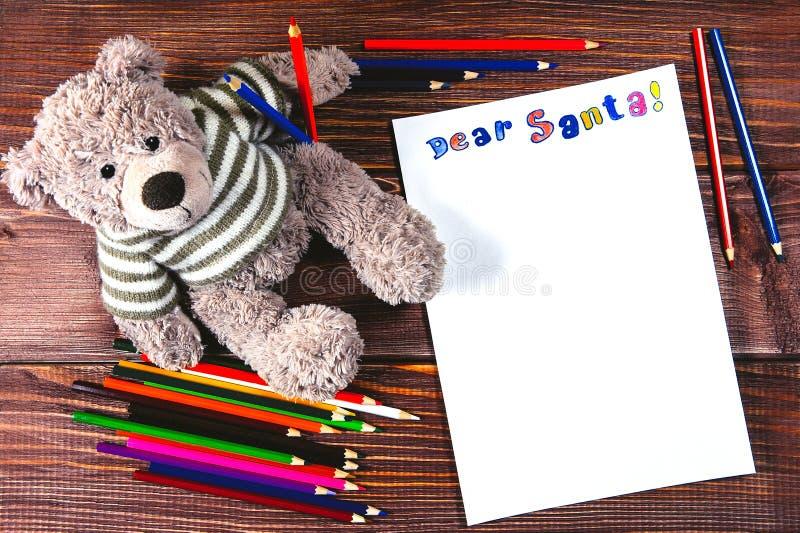 Buchstabe zu Santa Claus färbte Bleistifte lizenzfreie stockfotos