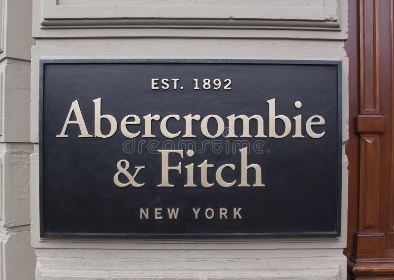 Buchstabeabercrombie und -fitch auf einer Speicherfassade lizenzfreie stockfotos