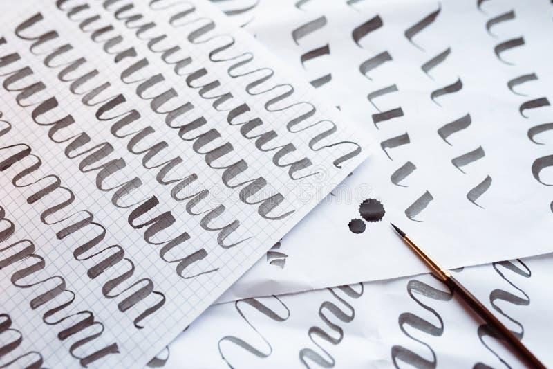 Buchstaben bilden Hintergrund- und Kalligraphiestiftpapier aus Lernen von Kalligraphie lizenzfreies stockfoto