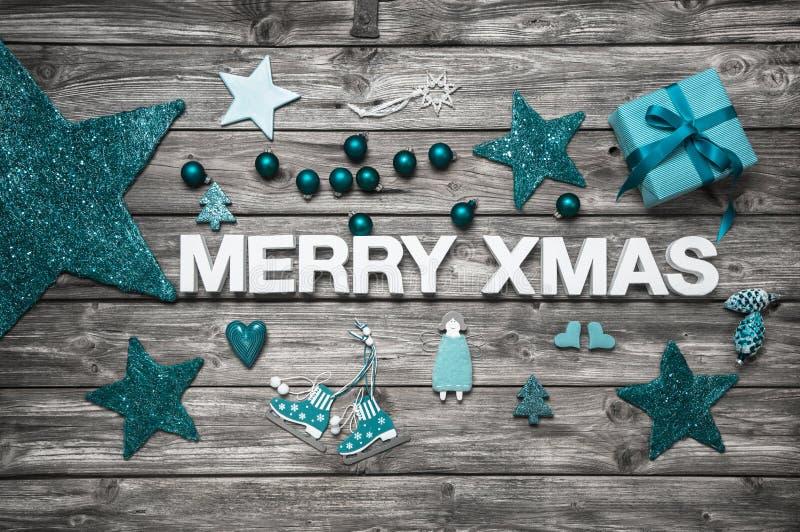 Buchstaben der frohen Weihnachten im Weiß mit Türkisdekoration für a stockbilder