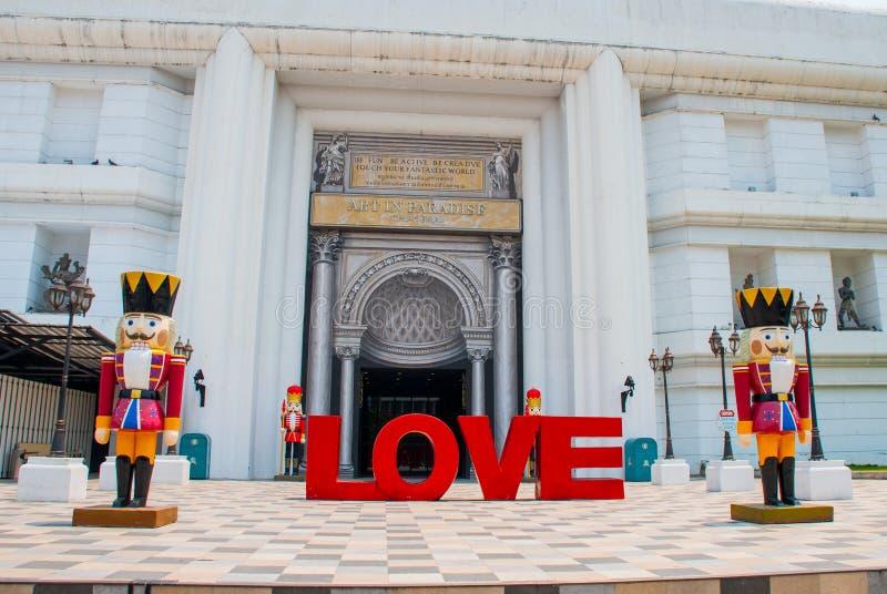 Buchstaben der Liebe sind im Gebäude Die Statue des Nussknackers thailand Chiangmai stockfotografie