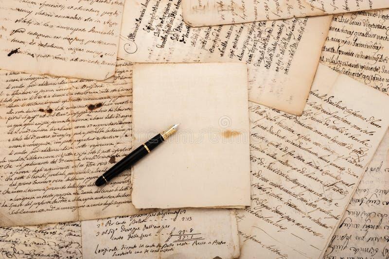 Buchstaben und Füllfederhalter lizenzfreies stockbild