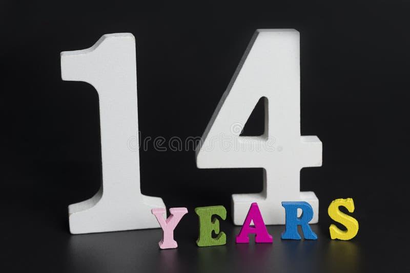 Buchstaben und Nr. vierzehn auf einem schwarzen Hintergrund stockfotos