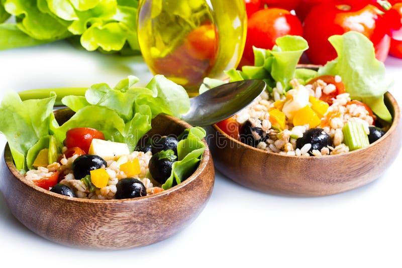 Buchstabierter Salat auf weißem Hintergrund stockfotos