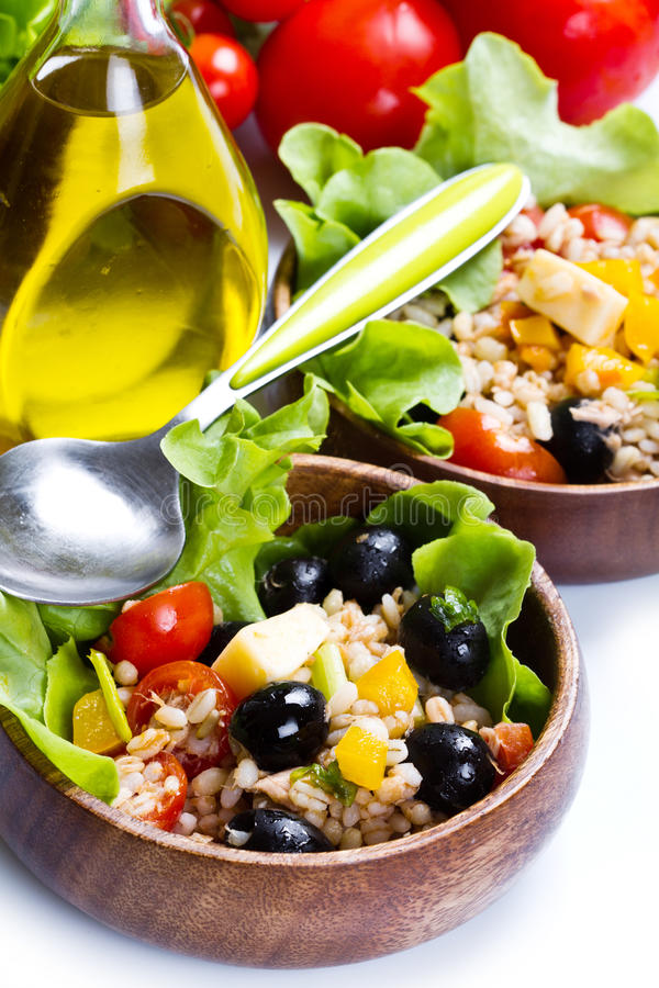Buchstabierter Salat auf weißem Hintergrund lizenzfreies stockfoto