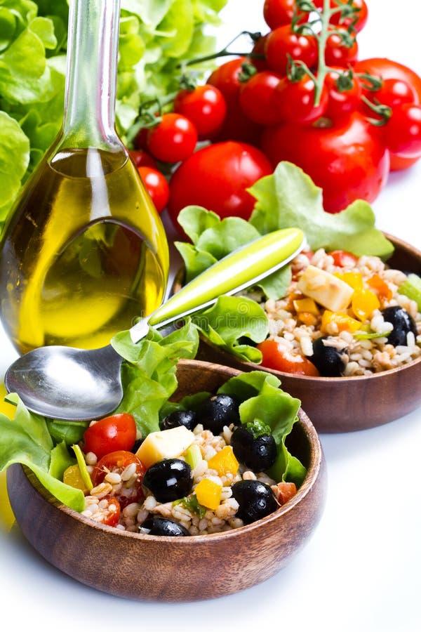 Buchstabierter Salat auf weißem Hintergrund stockfoto