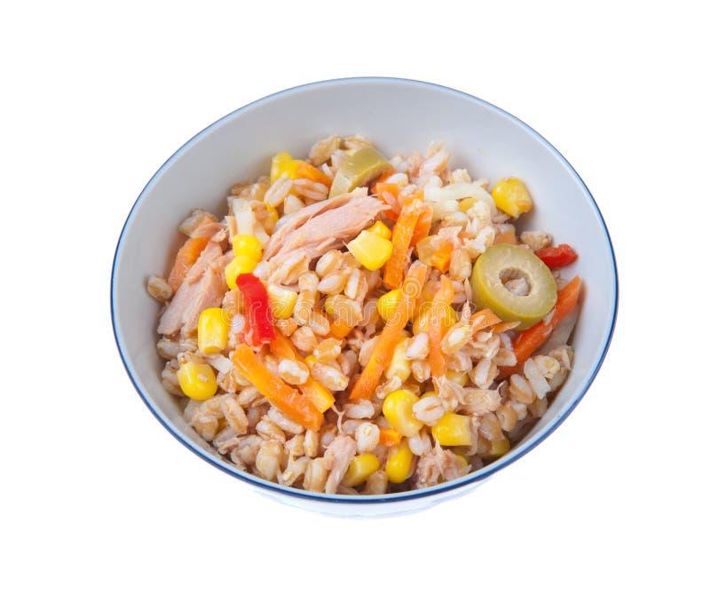 Buchstabierter Salat mit tunna Karotten pfeffert Körner und Oliven lizenzfreie stockfotos