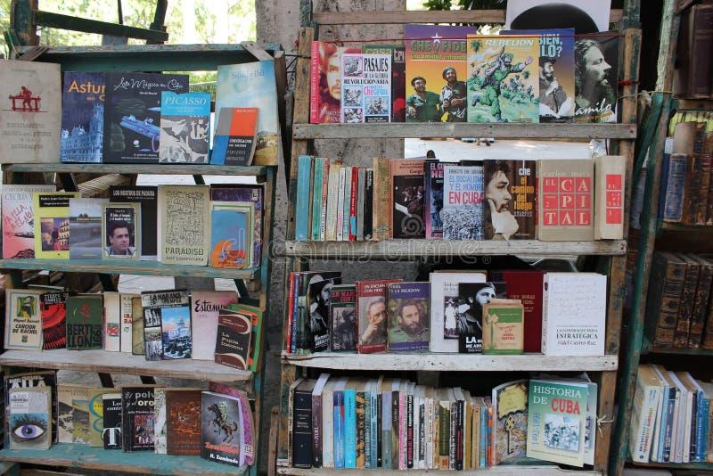 Buchstand mit vielen Titeln über das Leben von Che Guevara in Havana, Kuba lizenzfreie stockbilder