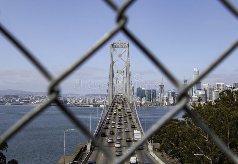 Bucht-Brücke Sans Francisco Oakland durch einen Kettengliedzaun lizenzfreie stockfotografie