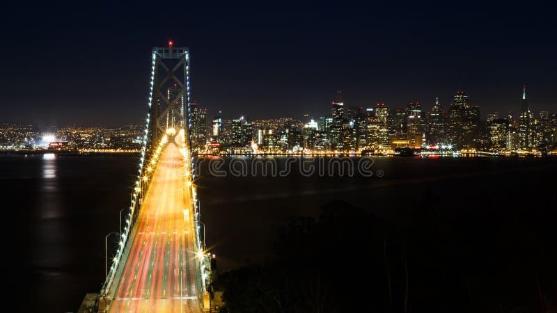 Bucht-Brücke und San Francisco Skyline nachts stockfoto