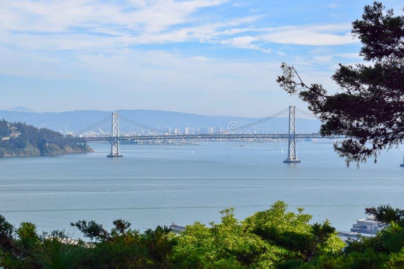 Bucht-Brücke von Coit-Turm in San Francisco stockbild