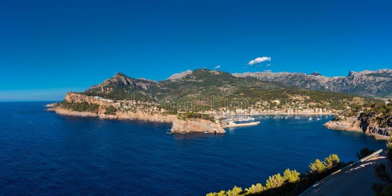 Bucht, die zu Port de Soller Mallorca führt stockfoto