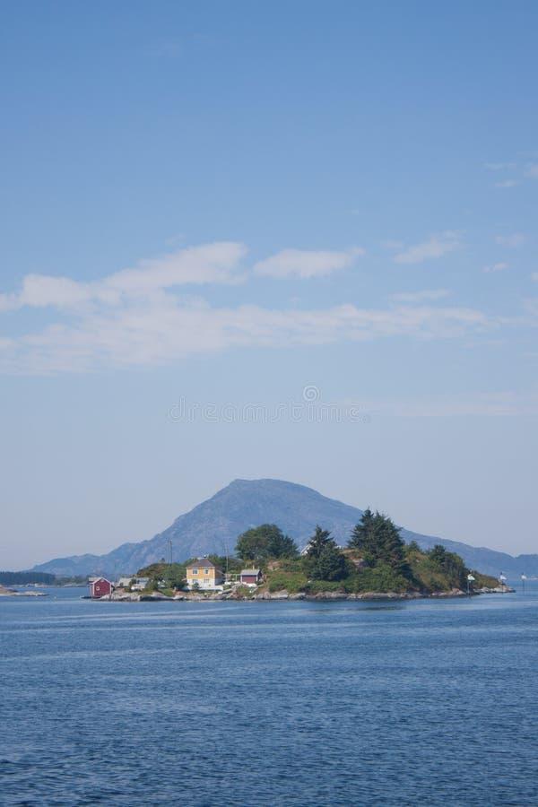Bucht-Meerwasser-Fischer-Haus Landschafts-Norwegens Floro mit Boot lizenzfreie stockbilder