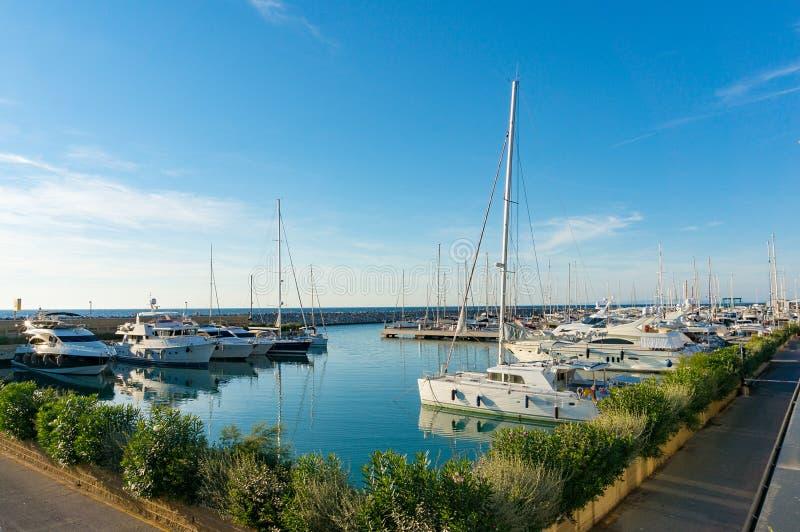 Bucht mit Yachten an seinen Liegeplätzen stockbild