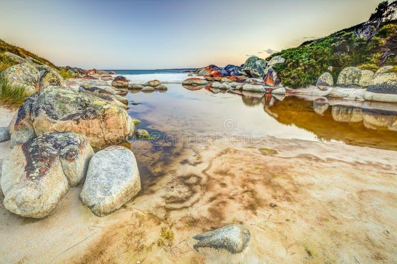 Bucht von den Feuern reflektiert im Meer lizenzfreies stockfoto