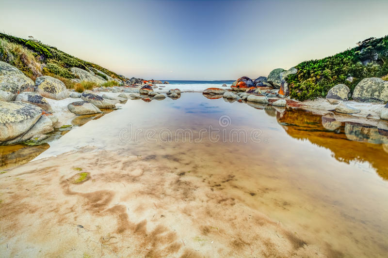 Bucht von den Feuern reflektiert im Meer lizenzfreie stockfotografie