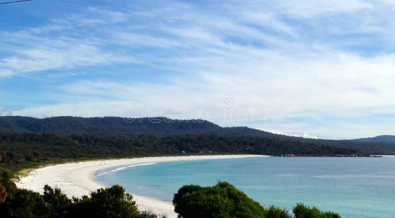 Bucht von Feuer-Felsen in Tasmanien lizenzfreies stockbild