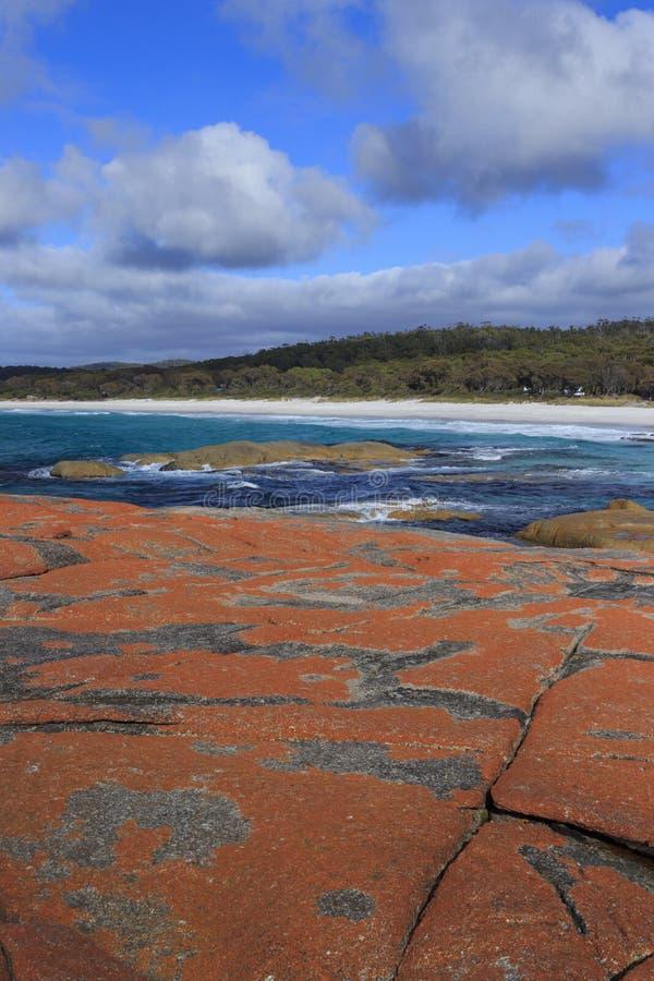 Bucht von Feuer-Tasmanien-Granitflusssteinen lizenzfreie stockbilder