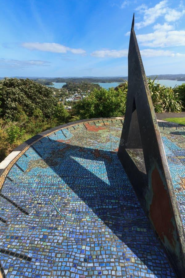 Bucht von Inseln, Neuseeland: Riesige Sonnenuhr auf dem Hügel, der Russell übersieht lizenzfreie stockfotos