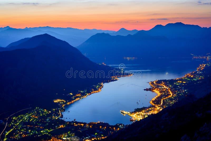 Bucht von Kotor nachts Panorama von Boka-Kotorskabucht Vogelperspektive von Kotor-Stadt, Montenegro stockfotos