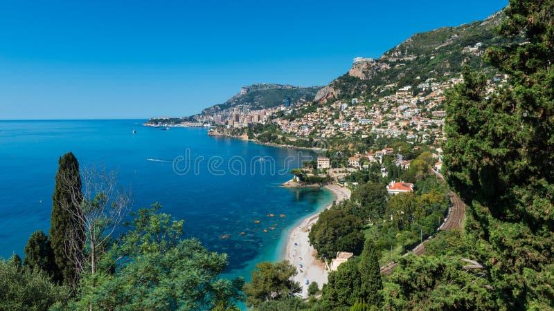 Bucht von Roquebrune Süd-Frankreich mit Monaco im Abstand lizenzfreies stockfoto