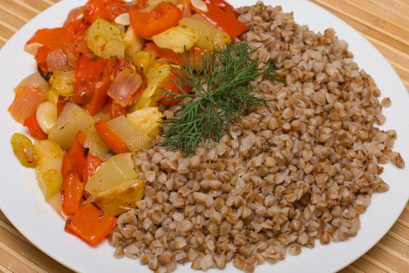 Buchweizengetreide mit Gemüse lizenzfreies stockfoto