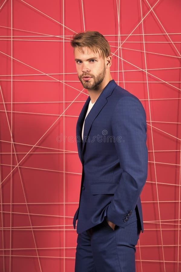 buck mody M??czyzna formalna odzie? patrzeje przystojn? i ufn? Menswear i elegancki garderoby poj?cie W?a?ciwy str?j zdjęcia stock
