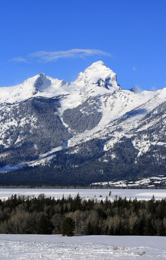 Buck Mountain med det wispy cirrusmolnmolnet som uppe i luften blåser i den storslagna Teton bergskedjan i den storslagna Tetons  fotografering för bildbyråer