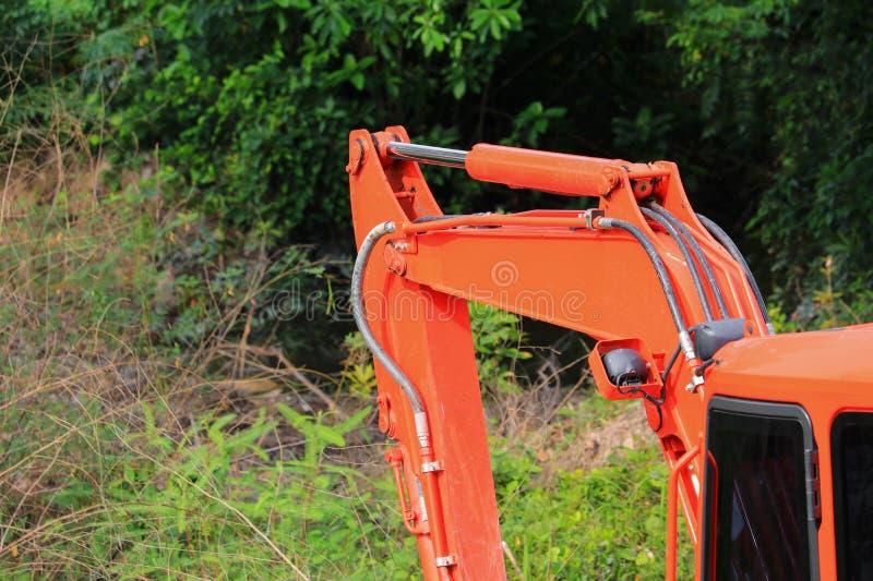 Bucket бульдозер crawler малого экскаватора оранжевый в работе стоковое изображение