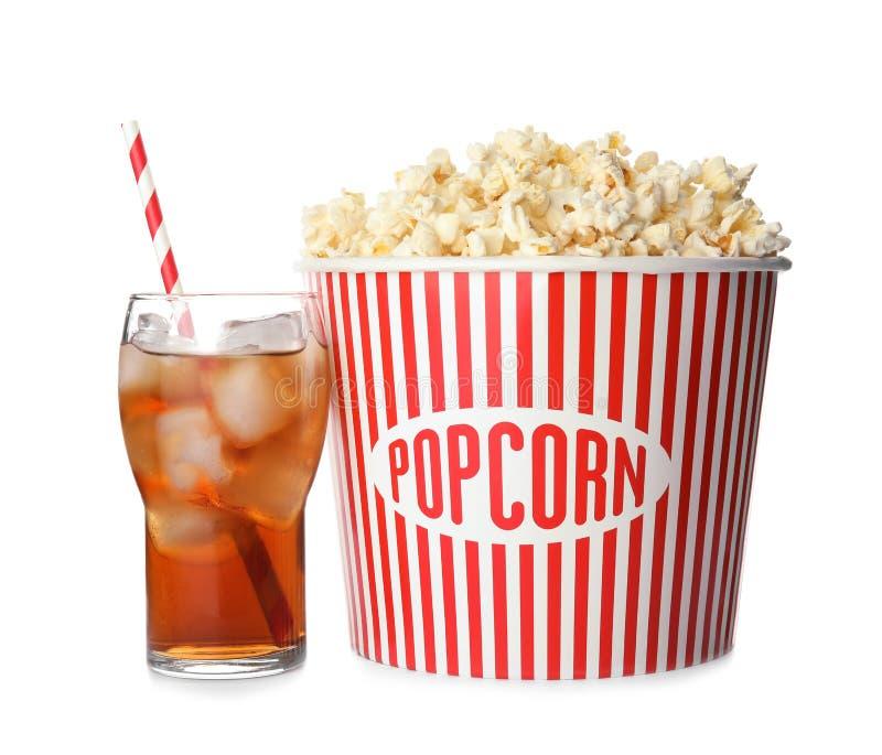 Bucket avec le maïs éclaté et le verre délicieux de kola photos stock