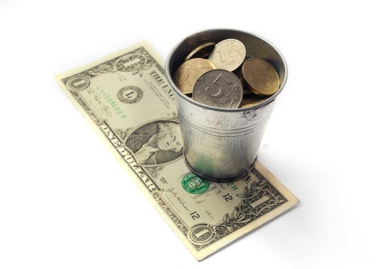 Bucket la valeur de roubles russes sur les dénominations de billet de banque d'une images stock