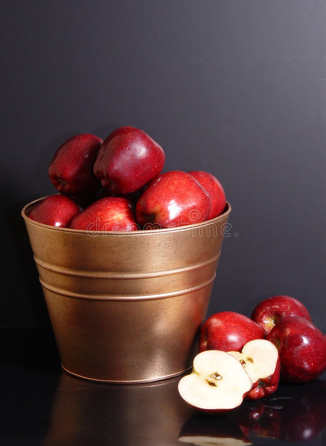 Free Bucket Of Apples Royalty Free Stock Photos - 665518