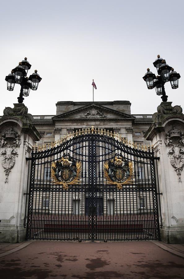 buckingham给宫殿装门 库存照片