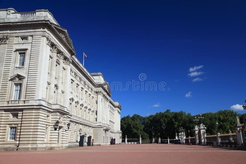Download Buckingham Palace editorial image. Image of tourist, family - 15041645