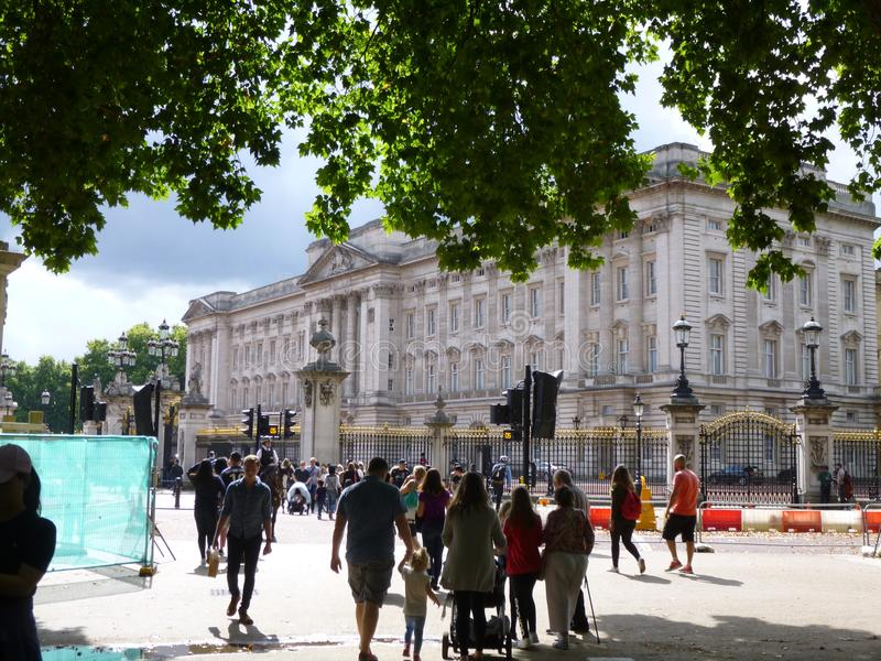 Buckingham Palace con los árboles imagen de archivo