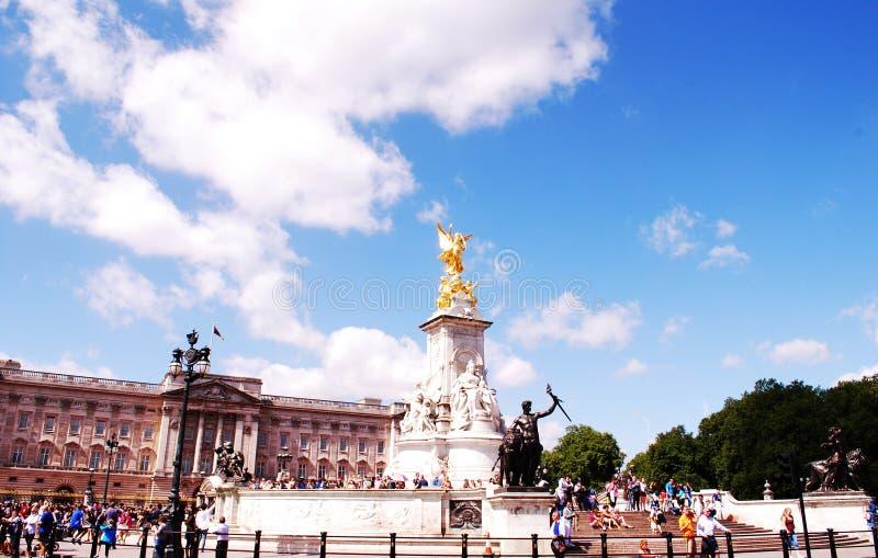 Buckingham Palace den mest berömda kungliga byggnaden fotografering för bildbyråer
