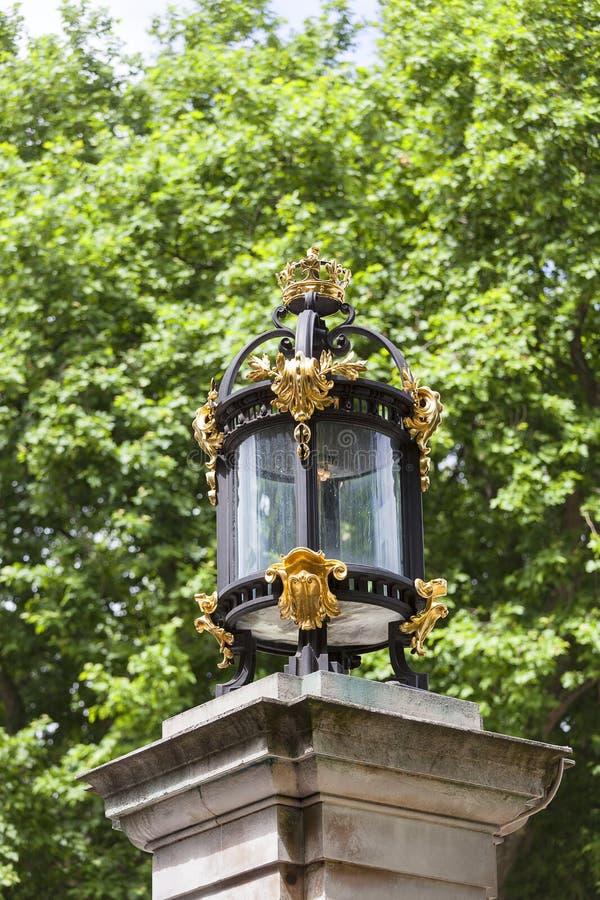 Buckingham Palace, detalles de la cerca decorativa, Londres, Reino Unido imagen de archivo libre de regalías