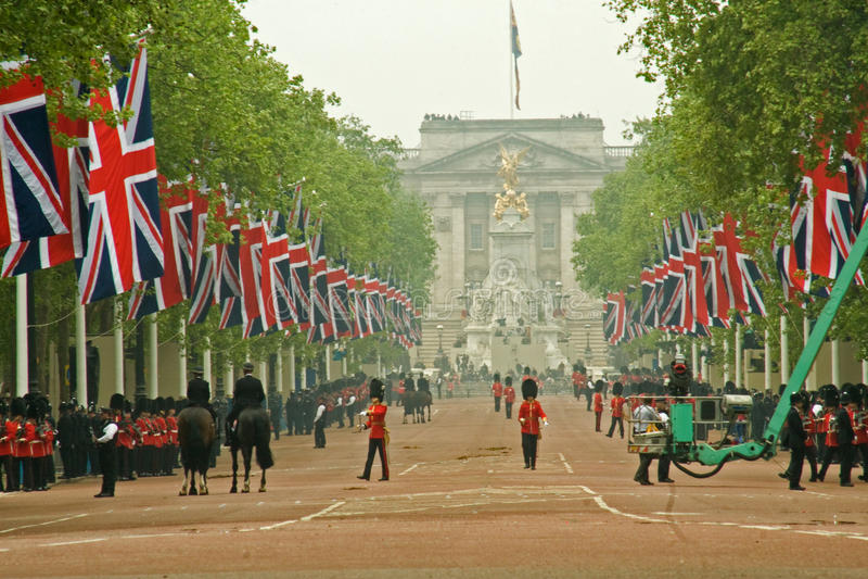 Buckingham Palace e alameda durante o casamento real fotografia de stock royalty free