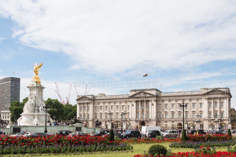 Buckingham Palace en Koninginvictoria gedenkteken overvol met toeristen, en verkeer op een bewolkte dag stock foto's