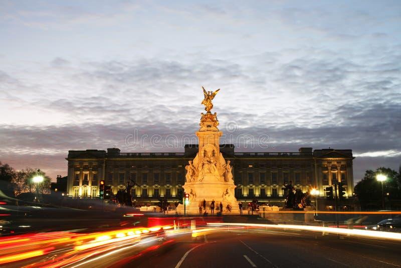 Buckingham Palace en la noche fotos de archivo