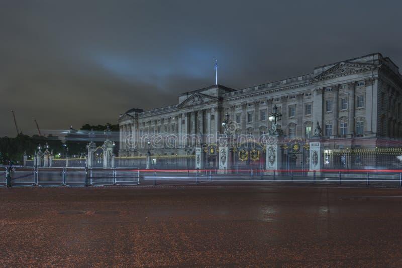 Buckingham Palace en la noche imágenes de archivo libres de regalías