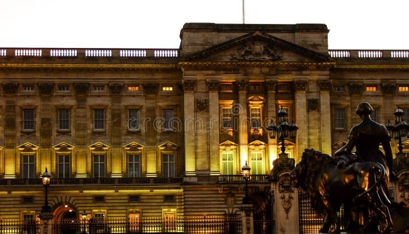 Buckingham Palace en la noche en Londres imagen de archivo