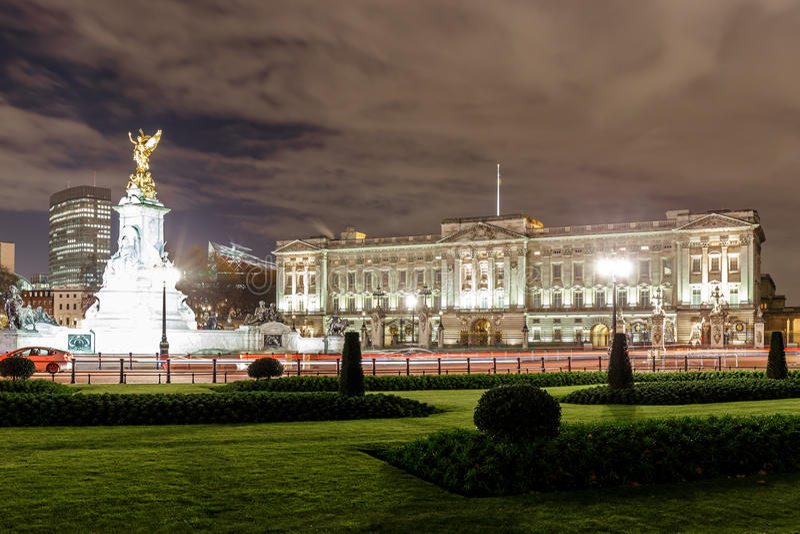 Buckingham Palace en la noche, Londres fotos de archivo libres de regalías